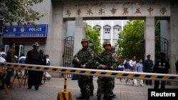 烏魯木齊發生炸彈襲擊後武警在第五中學門前站崗(2014年5月23日)