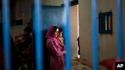 د کورنیو چارو وزارت د معلوماتو له مخې اوس مهال په افغانستان کې شاوخوا ۱۲ سوه ښځینه بندیانې په زندانونو کې ورځې شپې سبا کوي.