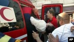 Une femme portée par des secouristes à Hay Farah près de Casablanca, Maroc, 10 avril 2007.