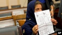 نبیلا رحمان، ۹ ساله، نقاشی اش را به دست دارد که نشان می دهد مادربزرگش در حمله پهپادی آمریکا کشته شده. واشنگتن، ۲۹ اکتبر ۲۰۱۳