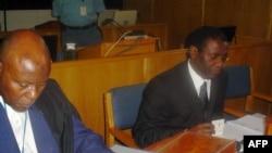 Augustin Ngirabatware (D), ancien ministre rwandais de l'urbanisme, est assis à côté de son avocat Cecil John Maruma (G) lors de sa première comparution devant le Tribunal pénal international pour le Rwanda (TPIR) à Arusha, le 10 octobre 2008