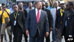 L'opposant Jean Ping, au centre, au milieu de ses partisans et gardes du corps à Libreville, Gabon, 5 juillet 2017.