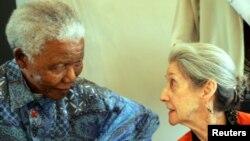 Nadine Gordimer com Nelson Mandela na cerimónia fúnebre do autor da biografia de Mandela, Anthony Sampson, Joanesburgo, Fev 8, 2005