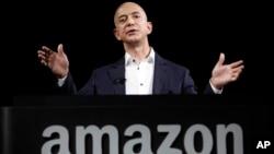 2012年12月6日亞馬遜創辦人杰弗里‧貝索斯在加州的一個產品演示會上。(資料照片)