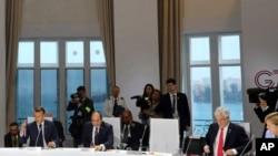 世界领导人在法国比亚里茨出席七国集团有关气候的会议,美国领导人的椅子空着。(2019年8月26日)