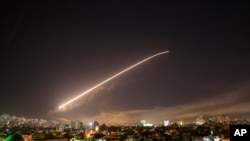 敘利亞防空部隊2018年4月14日凌晨回應美英法打擊(美聯社)