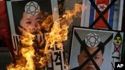 Người Hàn Quốc đốt hình ảnh lãnh tụ Bắc Triều Tiên Kim Jong Un trong cuộc biểu tình phản đối vụ thử hạt nhân của Bình Nhưỡng ở Seoul, ngày 12/2/2013.