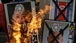 Các nhà hoạt động chống Bắc Triều Tiên hô khẩu hiệu trong một cuộc biểu tình phản đối vụ thử hạt nhân của Bình Nhưỡng tại trung tâm thủ đô Seoul, ngày 12/2/2013.