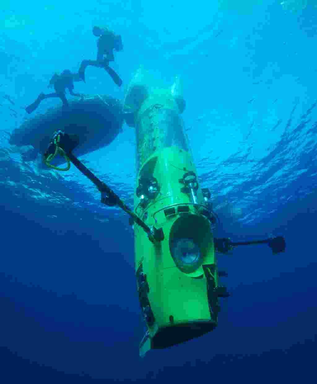 El Deepsea Challenger al inicio de su misión.