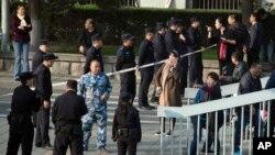 지난 11일 중국 베이징의 국방부 청사 주변에서 제대군인 1천여명이 전투복 차림으로 처우개선을 요구하는 시위를 벌인 직후 공안이 인근도로를 차단하고 있다.