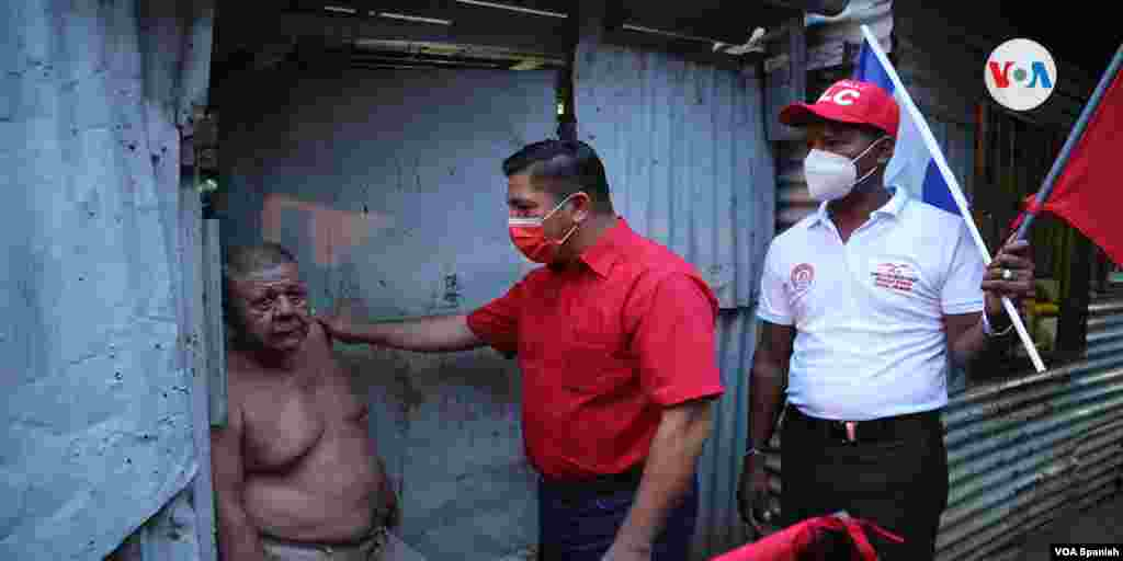 El candidato opositor es visto en un improvisado recorrido en las cercanías de donde realizó un mitín político.