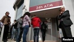 Antrian panjang warga di luar ATM salah satu cabang bank Laiki di Nicosia (21/3). Para pemimpin Siprus terus mengupayakan pengumpulan dana sebesar $7,5 Miliar sebelum batas waktu yang ditetapkan Uni Eropa, Senin (25/3).