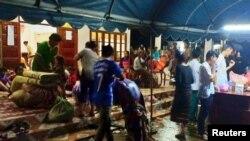 Dân làng bên ngoài một trung tâm tạm trú sau khi đập thủy điện Xepian-Xe Nam Noy hydropower bị vỗ ở tỉnh Attapeu, Lao, ngày 24/7/2018. REUTERS/Stringer