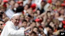프란치스코 교황이 즉위후 첫 시성식을 마치고신도들에게 인사하고 있다