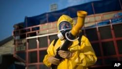 ຫົວໜ້າພະນັກງານອະນາໄມ ກຳລັງທຳການສີດຢາກຳຈັດ ພວກຍຸງ ທີ່ເປັນຕົວນຳເຊື້ອໄວຣັສ Zika, ໃນນະຄອນ Rio de Janeiro, Brazil, 26 ມັງກອນ, 2016.