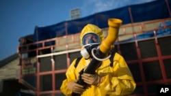 26일 브라질 리우데자네이루에서 보건 관계자가 '지카' 바이러스의 원인이 되는 모기를 박멸하기 위해 살충제를 뿌리고 있다.