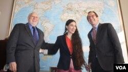 La bloguera cubana Yoani Sánchez continuará con su gira por países de Europa y Latinoamérica.Durante su visita a la VOA se reunió con Dick Lobo, director de IBB y David Ensor, director de la Voz de América.