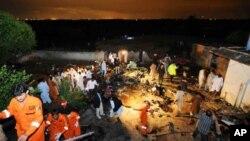 Nhân viên cứu hộ và dân địa phương tìm kiếm nạn nhân tại địa điểm phi cơ rơi ở Rawalpindi, gần thủ đô Islamabad