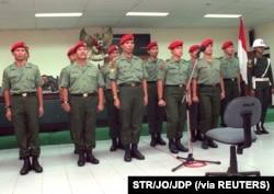 """Sebelas anggota Kopassus dalam persidangan Mahkamah Militer terkait tuduhan penculikan sejumlah aktivis dalam """"Operasi Mawar"""", 23 Desember 1998. (Foto:STR/JO/JDP via Reuters)"""