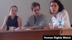 Edward Snowden (tengah) didampingi Sarrah Harrison dari WikiLeaks (kiri) di bandara Moskow (12/7).