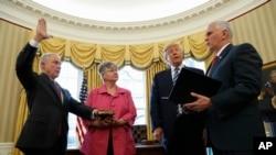 Rais Donald Trump akiangalia Makamu wa Rais Mike Pence (kushoto) akimwapisha Mwanasheria Mkuu Jeff Sessions (Kulia), ofisi ya Oval, White House, Washington.