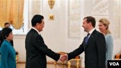 Presiden Rusia Dmitry Medvedev (kanan) menyalami Presiden Tiongkok Hu Jintao dalam upacara penyambutan di Kremlin, Moskow (16/6).