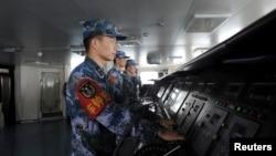 Tentara China di atas kapal induk Liaoning yang menuju basis militer di Sanya, provinsi Hainan. (Foto: Dok)