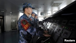 Lính hải quân trên tàu sân bay đầu tiên của Trung Quốc Liêu Ninh, khi di chuyển tới một căn cứ quân sự ở Tam Á, tỉnh Hải Nam.