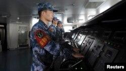 ທະຫານເຮືອກຳລັງຖ່າຍຮູບ ໃນການບັງຄັບກຳປັ່ນບັນທຸກເຮືອບິນ Liaoning, 30 ພະຈິກ, 2013.