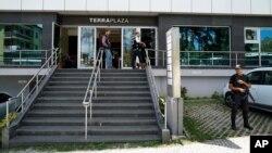 16일 터키 이스탄불에서 경찰이 쿠데타 연루 기업으로 지목된 '아크파 홀딩' 등 44개 업체를 압수수색했다.