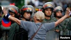 一名示威者面對防暴警察