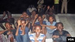 Para tersangka anggota bajak laut Somalia yang ditangkap pasukan India (14/7). Satuan tugas akan mengumpulkan informasi dari para tersangka bajak laut yang tertangkap.