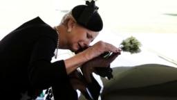 Bà Cindy McCain bên linh cữu chồng năm ngoái.