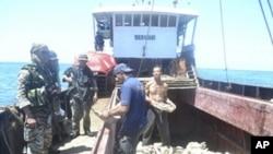 菲律宾士兵4月10日在南中国海中菲两国有主权争议的海域上了一条中国渔船进行检查