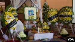 The funeral of Chan Soveth, human rights investigator for local NGO, Adhoc, at the Koul Ta Tung pagoda, on the outskirts of Phnom Penh, Cambodia,December 11, 2014. (Nov Povleakhena/VOA Khmer)