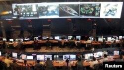 Naučnici i inženjeri indijske svemirske istraživačke organizacije prate kretanje orbitalne sonde na putu ka Marsu