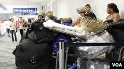 En el aeropuerto de Fort Lauderdale, varias generaciones de cubanos esperaban ansiosos la partida para visitar a sus familiares.