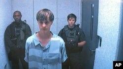 Nghi can Dylann Roof xuất hiện trong video trước một thẩm phán ở Charleston, South Carolina, 19/6/15