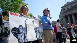 图为2017年6月10日在纽约市举行的反伊斯兰教法抗议集会。