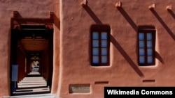 산타페의 풍경을 이국적이고 독특하게 만드는 '아도비 하우스(Adobe House).