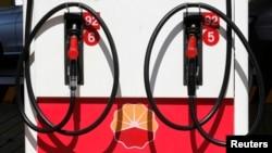 Logo PetroChina di sebuah pom bensin di Beijing.
