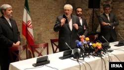 محمد جواد ظریف، وزیر امور خارجه ایران، پس از مذاکره با جان کری، با خبرنگاران صحبت کرد