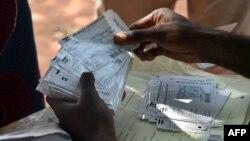 Distribution de cartes d'électeur à Bangui le 25 décembre 2015. (AFP / ISSOUF SANOGO)