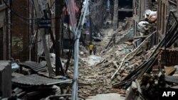 13일 네팔 카트만두 외곽 지역이 지진으로 폐허가 되었다.