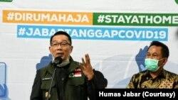 Gubernur Jawa Barat Ridwan Kamil usai Rapat Koordinasi Dampak Pandemi COVID-19 terhadap Perekonomian Jawa Barat, di Gedung Sate Bandung, 26 Maret 2020. (Foto: Courtesy/Humas Jabar)