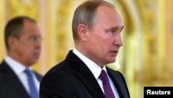 Le président russe Vladimir Poutine et son ministre des affaires étrangères Sergei Lavrov, arrière-plan, au Kremlin, Moscou, 9 novembre 2016.