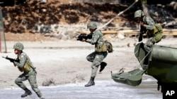 菲律賓海軍陸戰隊員2014年5月在聯合實彈軍演中練習搶灘 (AP)