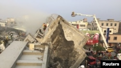 Personal de rescate continúa trabajado en la búsqueda de sobrevivientes al derrumbe de un edificio en la ciudad de Tainan, en el sur de Taiwán, sacudida por un fuerte terremoto.