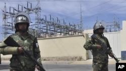 Quân cảnh đứng canh bên ngoài khu vực mạng lưới điện của công ty điện của Tây Ban Nha ở Bolivia