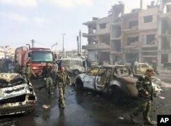 叙利亚官方通讯社发布的图片显示,叙利亚人聚集在霍姆斯发生两起爆炸的地点(2016年2月21日)